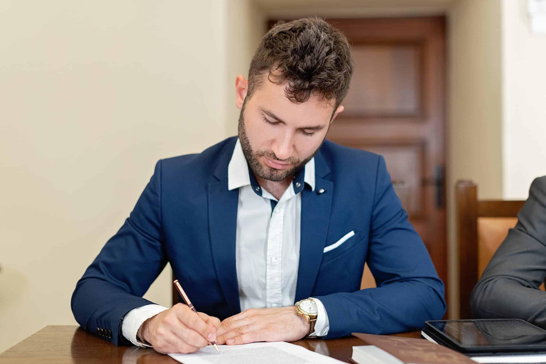 notario firmando divorcio